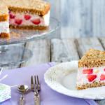 Torta fredda allo yogurt con fragole e pesche | Ricetta Vegan