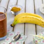 Frullato con banana, cacao e burro d'anacardi