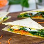 Piadine farcite con hummus, spinaci e caprino