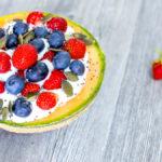Coppette di melone con yogurt e frutta fresca perfette per la colazione
