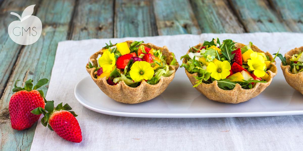 Insalata di frutta in cestini di pasta brisè | Ricetta vegan