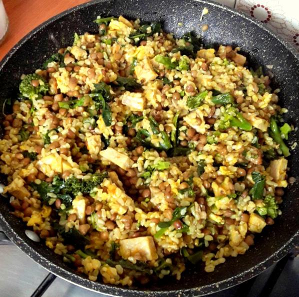 Riso integrale con broccoletti, lenticchie e seitan