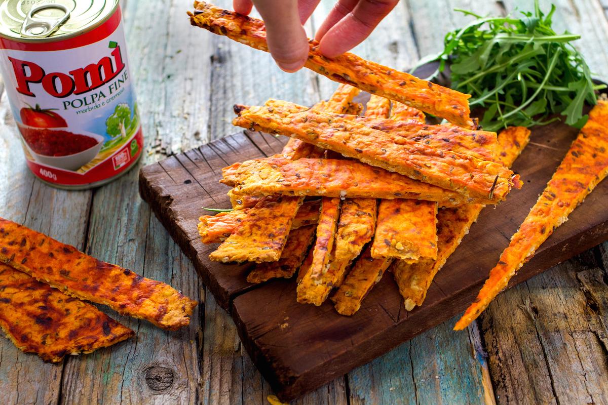 Cracker al pomodoro e formaggio