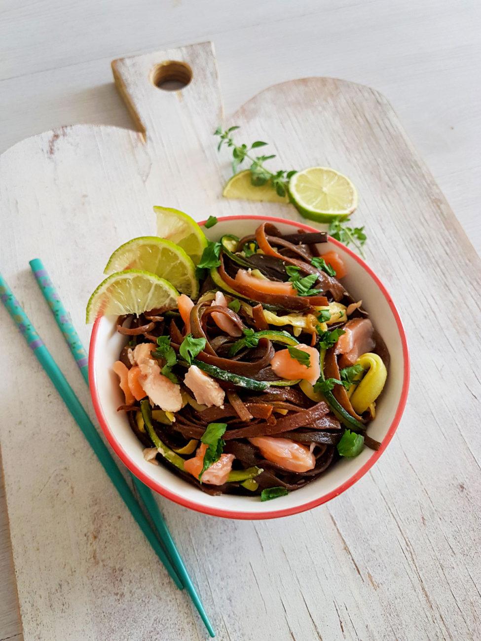 Tagliatelle alle alghe con salmone e zucchine