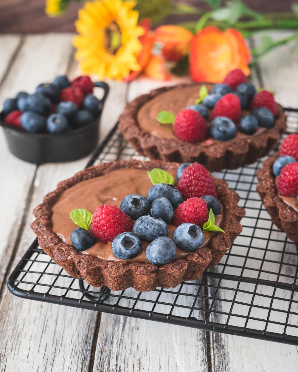 Crostatine alla crema di cioccolato e frutti di bosco